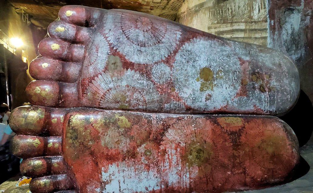 ダンブッラ寺院にある洞窟にある仏像の足は偏平足