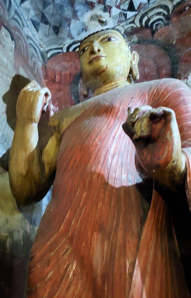 ダンブッラ寺院にある洞窟の仏像がある部屋に置かれている弟子の像