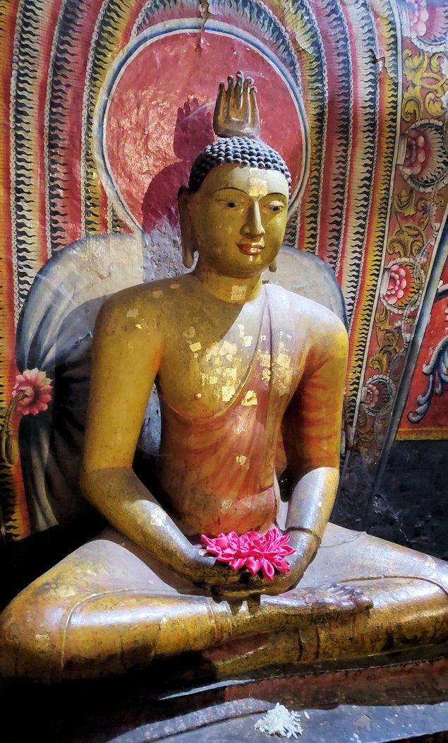 ダンブッラ寺院にある洞窟に置かれている仏像