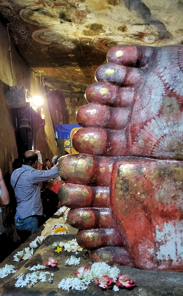 ダンブッラ寺院の洞窟内にある寝釈迦像の足の裏-2