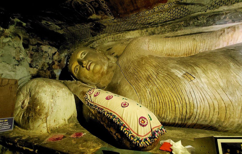 ダンブッラ寺院の洞窟内にある寝釈迦像の上半身