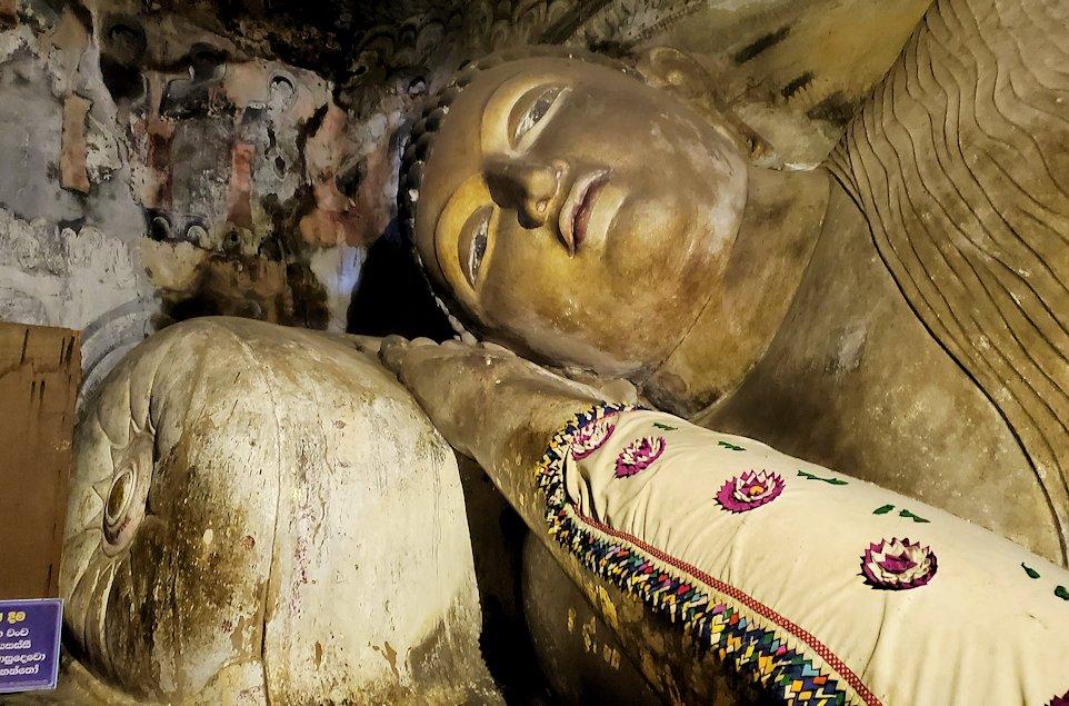 ダンブッラ寺院の洞窟内の涅槃像の顔