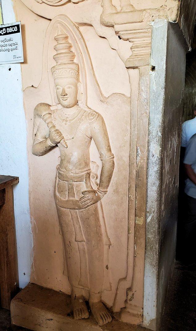 ダンブッラ寺院の洞窟内の脇に飾られているムーンストーン