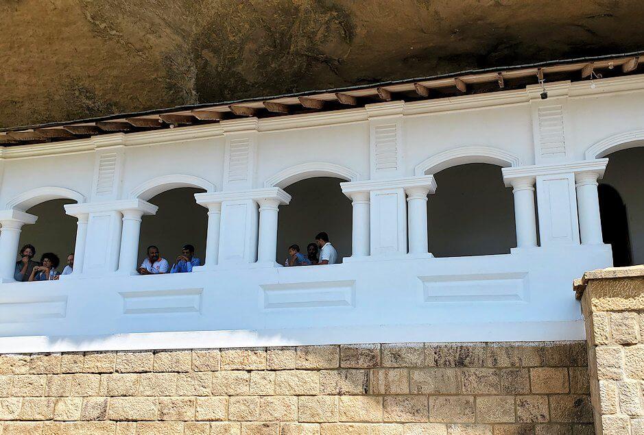 ダンブッラの石窟寺院の通路を外から見る
