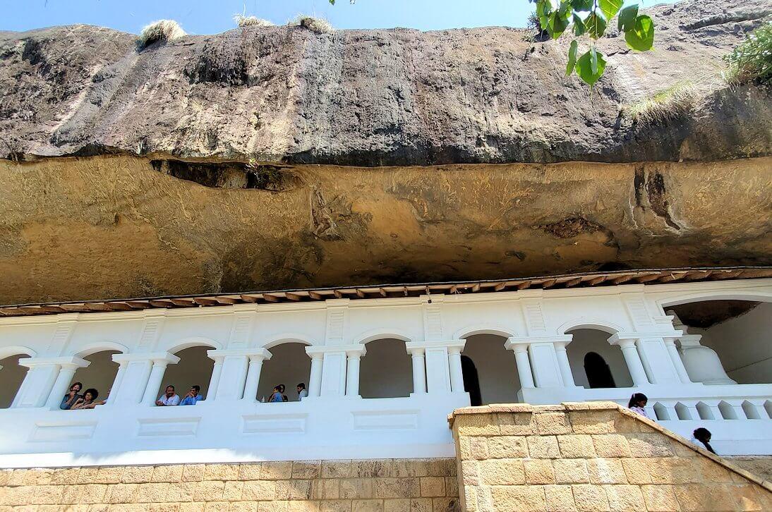 ダンブッラの石窟寺院の通路を外から見る-2