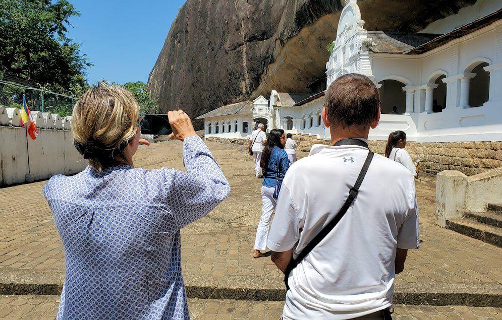 ダンブッラの石窟寺院を観光する西洋人