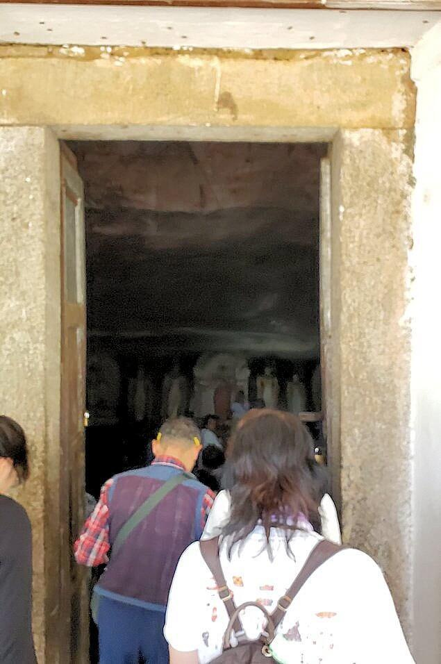 ダンブッラの石窟寺院で第二洞窟へと向かう-2
