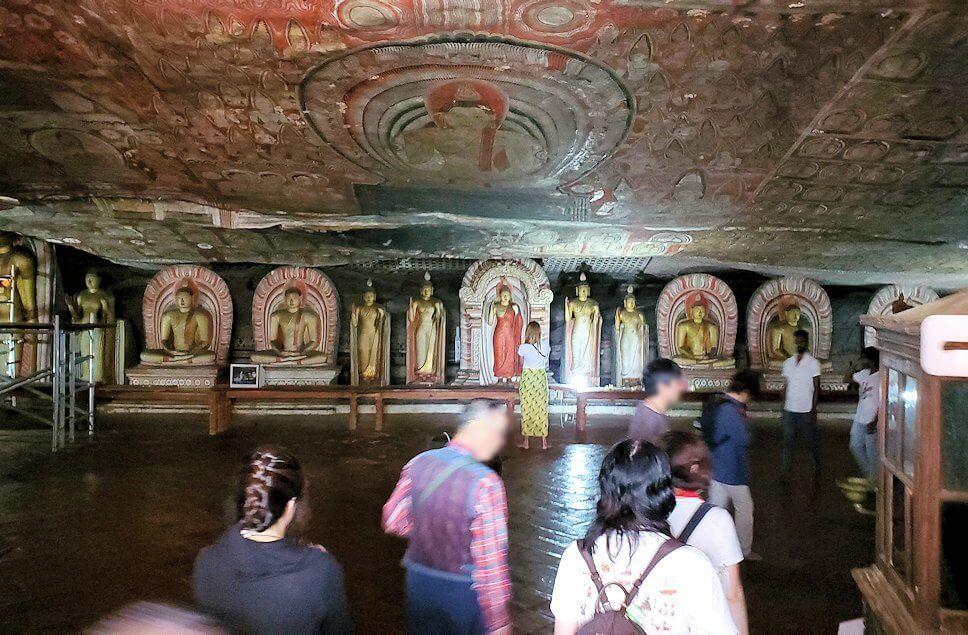 ダンブッラの石窟寺院内の様子