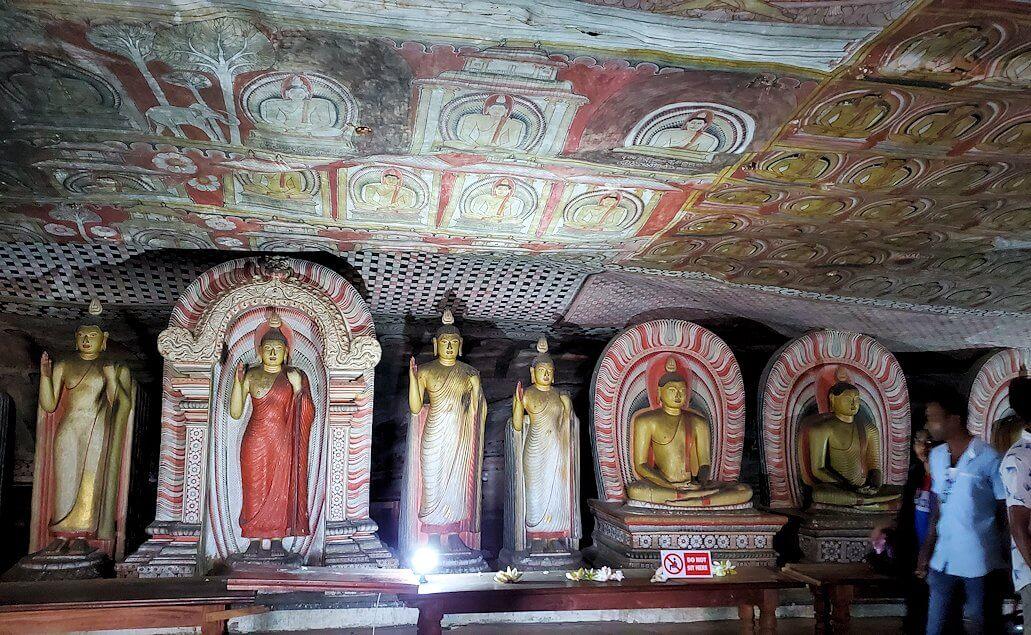 ダンブッラの石窟寺院内の様子-2