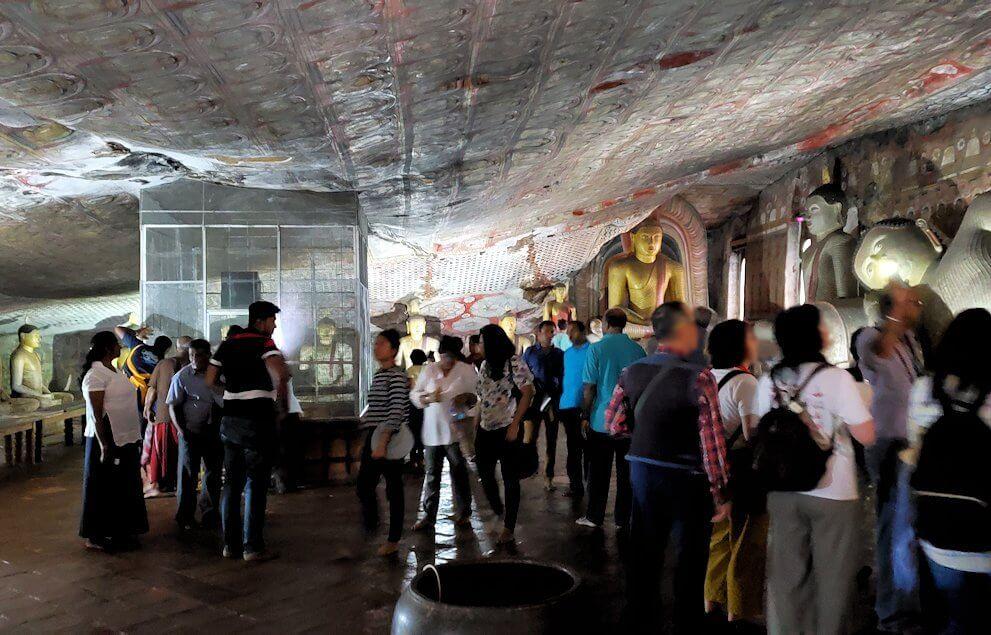 ダンブッラの石窟寺院内の様子-3