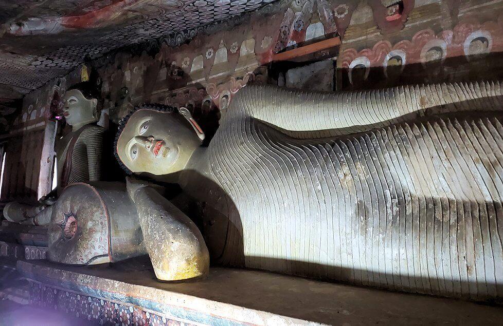 ダンブッラの石窟寺院内に設置されている涅槃像