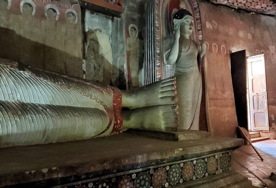 ダンブッラの石窟寺院内に設置されている涅槃像の足元