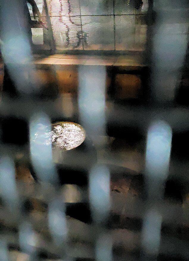 ダンブッラの石窟寺院内に設置されている、水が滴り落ちる壺