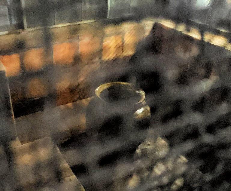 ダンブッラの石窟寺院内に設置されている、水が滴り落ちる壺-2
