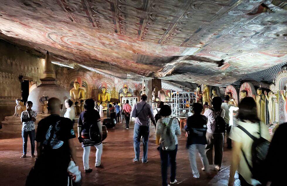 ダンブッラの石窟寺院内の第二洞窟を散策する