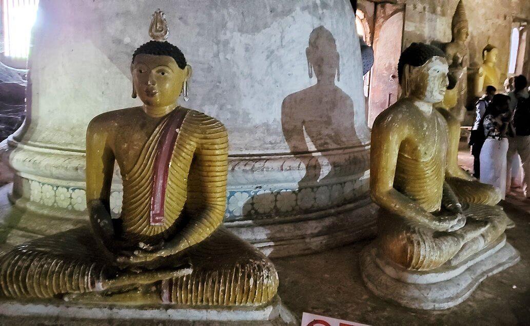 ダンブッラの石窟寺院内の第二洞窟に設置されている仏像-2