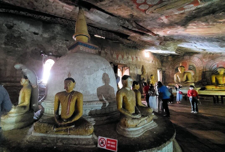 ダンブッラの石窟寺院内の第二洞窟に設置されている仏像-3