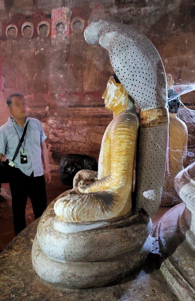 ダンブッラの石窟寺院内の第二洞窟に設置されている仏像のように見える蛇の神