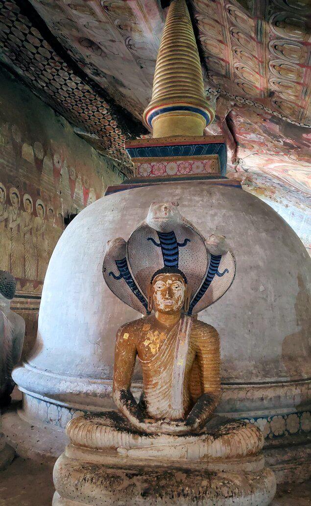 ダンブッラの石窟寺院内の第二洞窟に設置されている仏像のように見える蛇の神-3