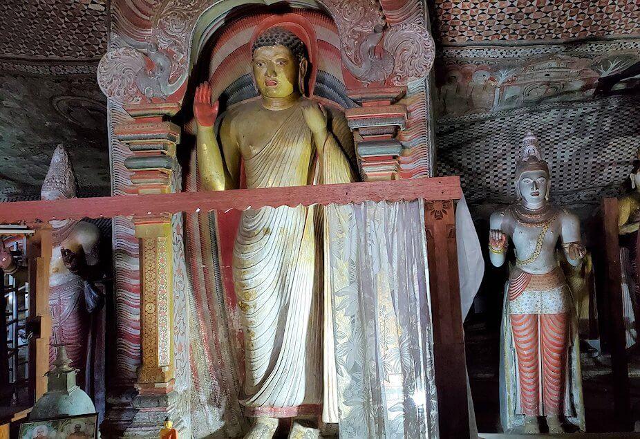 ダンブッラの石窟寺院内の第二洞窟に設置されている仏像
