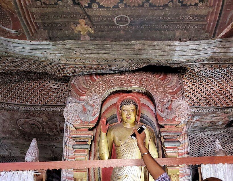 ダンブッラの石窟寺院内の第二洞窟に設置されている仏像の周りを見る