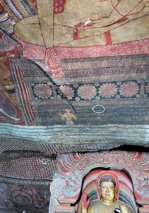 ダンブッラの石窟寺院内の第二洞窟に設置されている仏像の上に描かれている悪魔