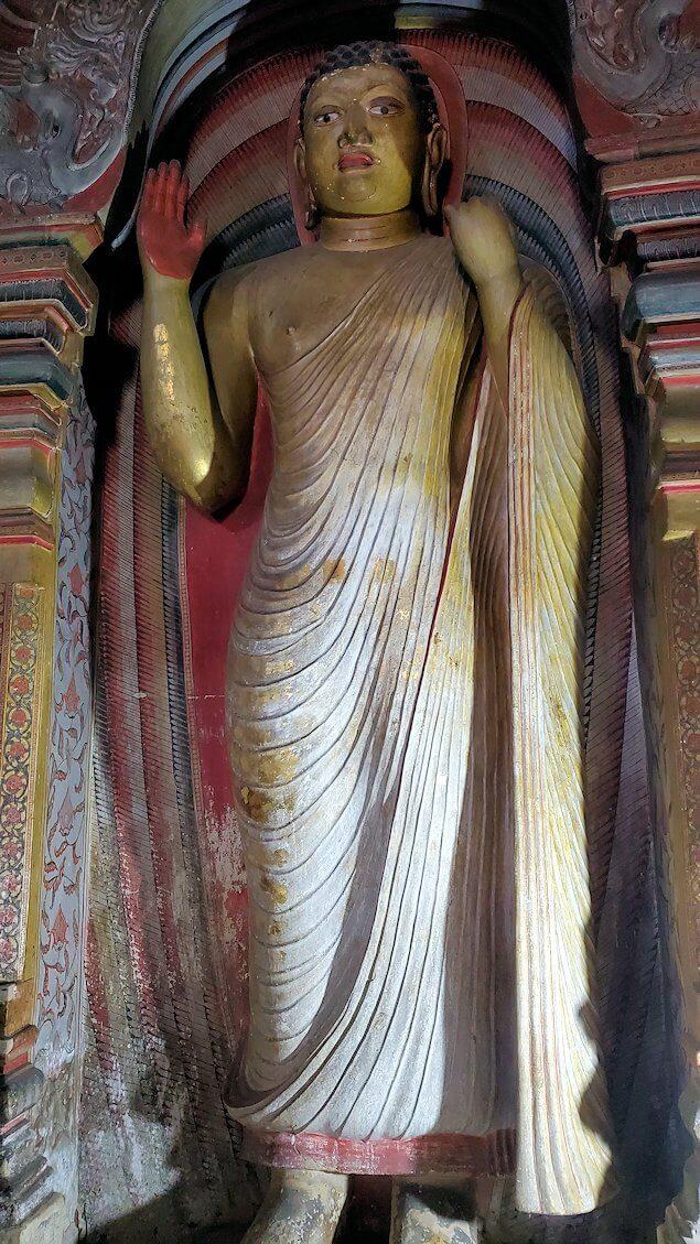 ダンブッラの石窟寺院内の第二洞窟に設置されている、お釈迦様の像