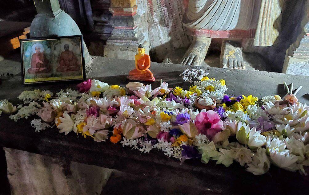 ダンブッラの石窟寺院内の第二洞窟に設置されているお釈迦様の像の前に置かれている献花