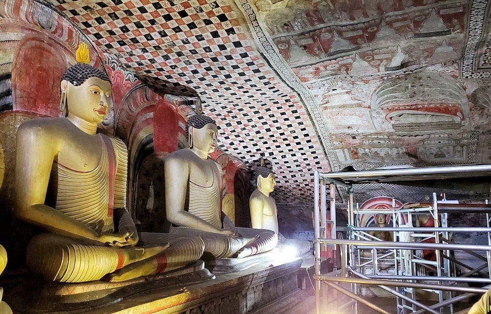 ダンブッラの石窟寺院内の第二洞窟に設置されている仏像の数々