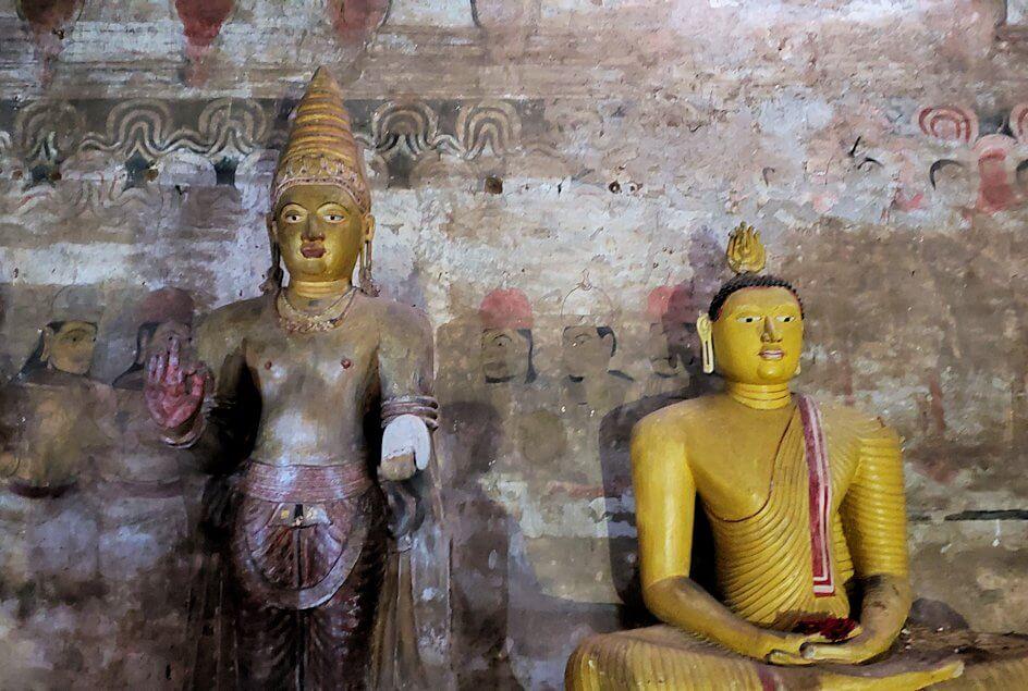 ダンブッラの石窟寺院内の第二洞窟の奥に描かれているフレスコ画