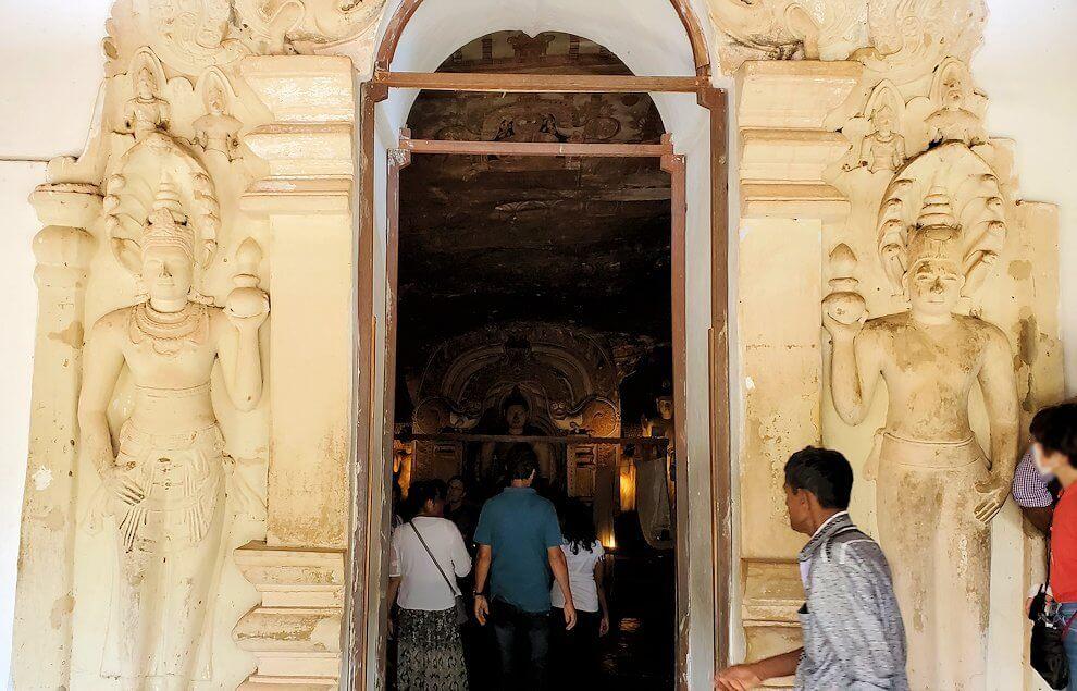 ダンブッラの石窟寺院内の第三洞窟へと進む