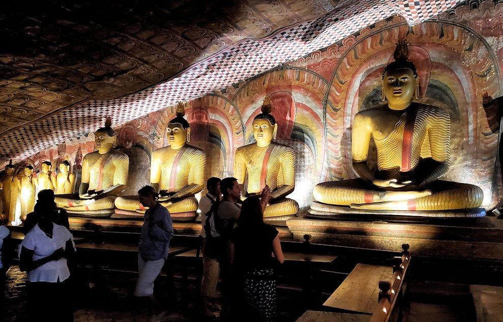 ダンブッラの石窟寺院内の第三洞窟内の光景