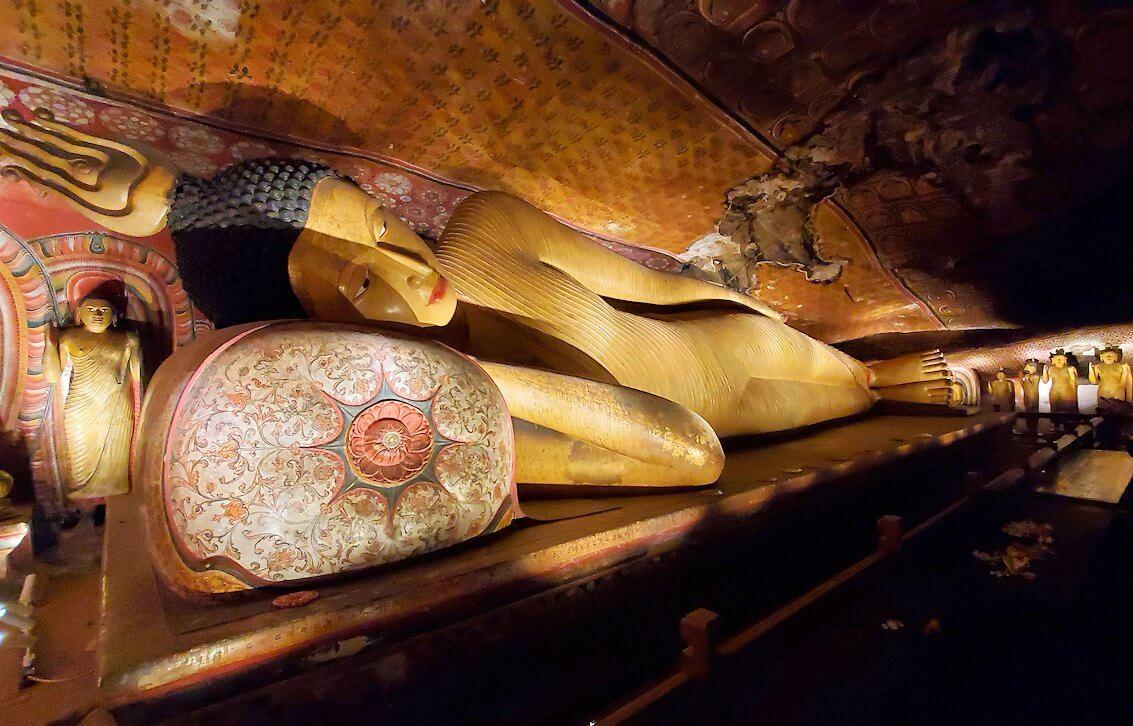 ダンブッラの石窟寺院内の第三洞窟内に安置されている涅槃像