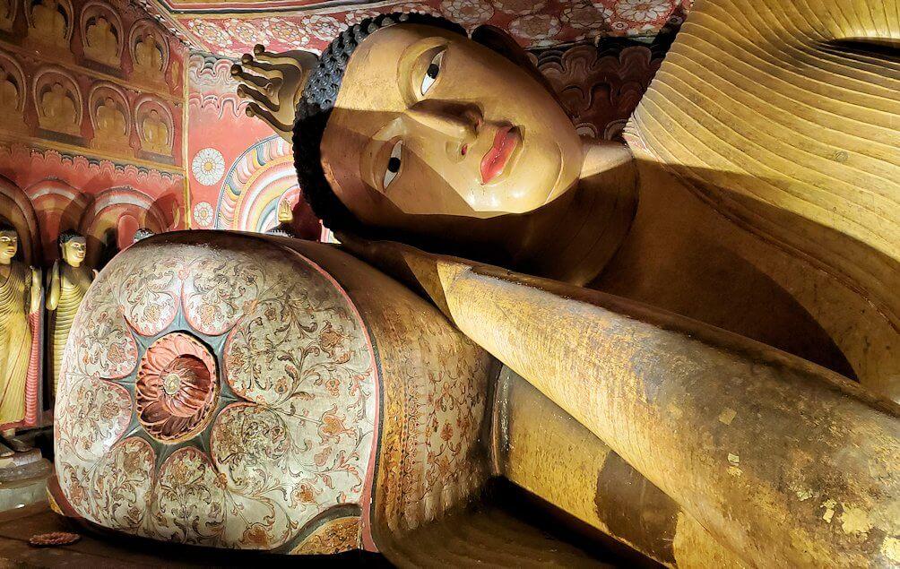 ダンブッラの石窟寺院内の第三洞窟内に安置されている涅槃像-2