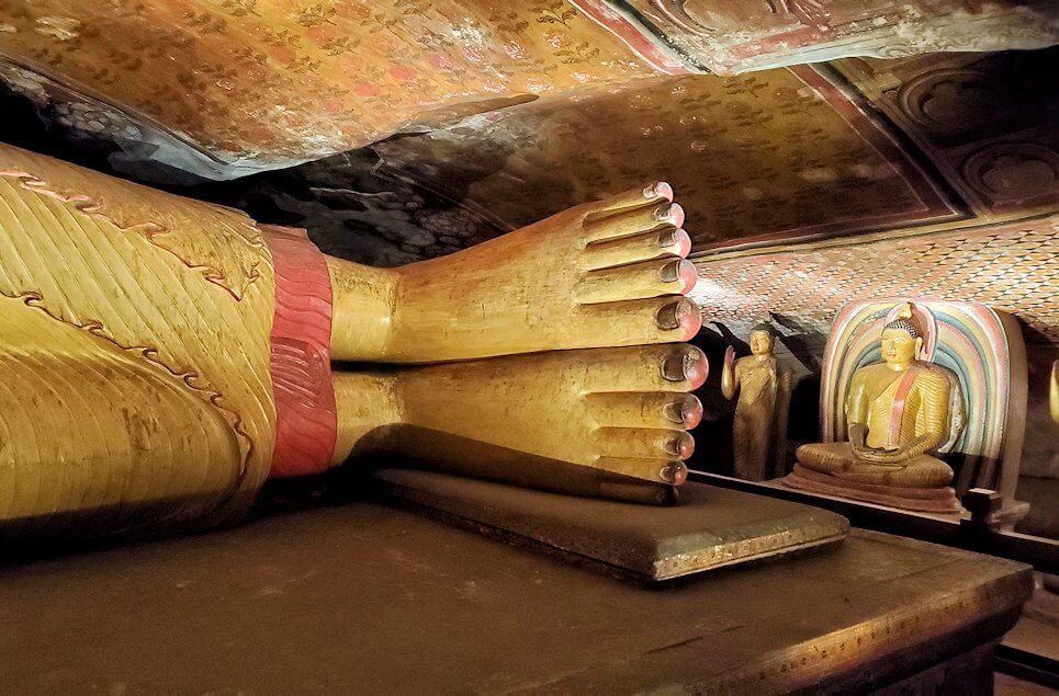 ダンブッラの石窟寺院内の第三洞窟内に安置されている涅槃像の足