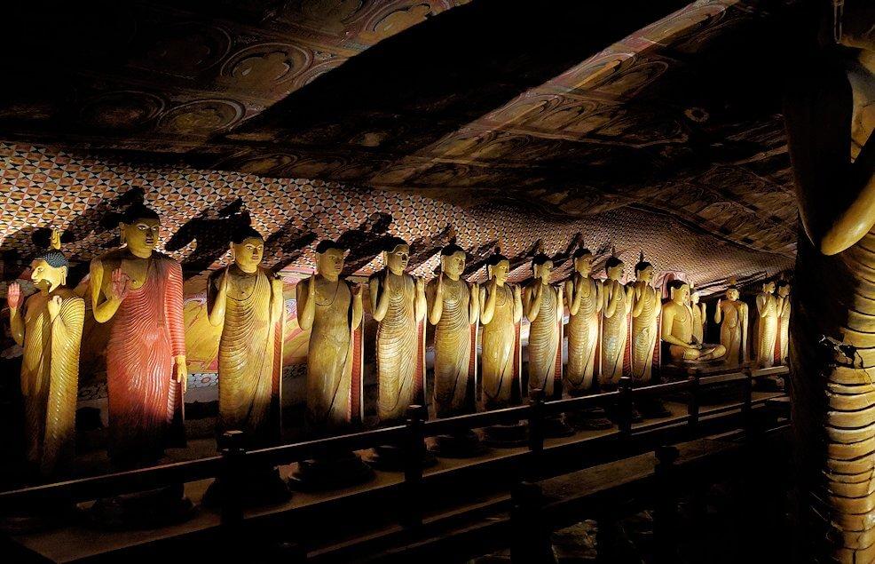 ダンブッラの石窟寺院内の第三洞窟内に安置されている仏像の数々