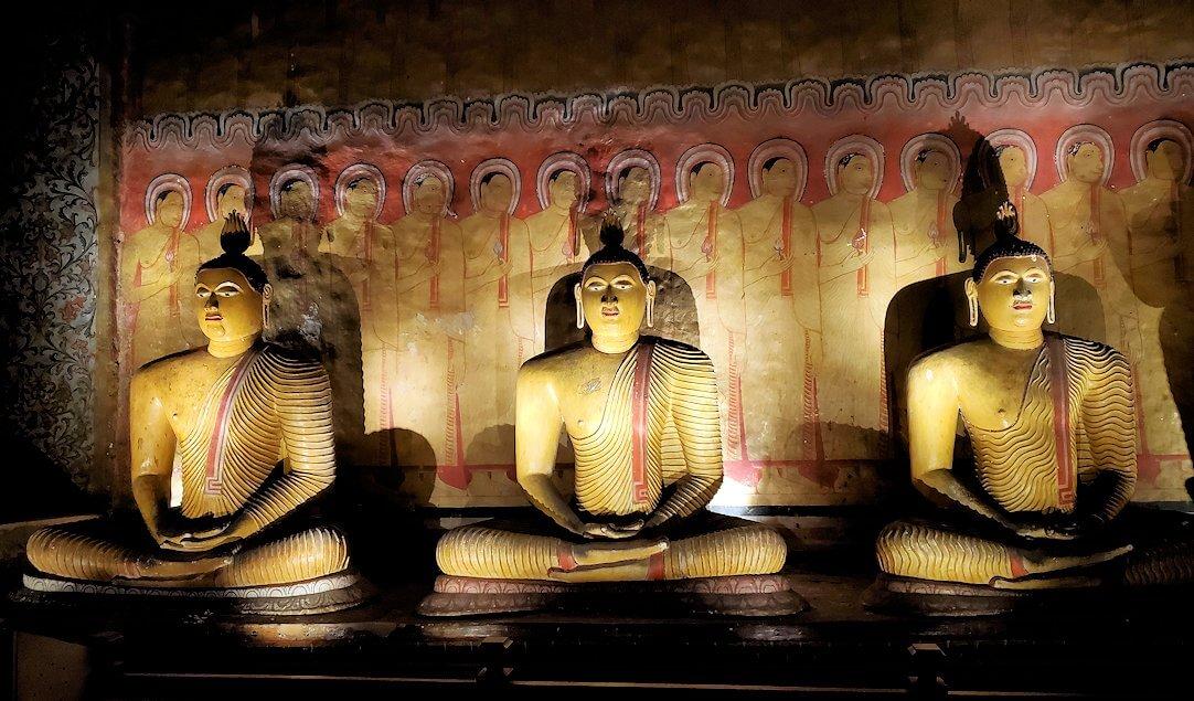 ダンブッラの石窟寺院内の第三洞窟内に安置されている仏像の数々-2