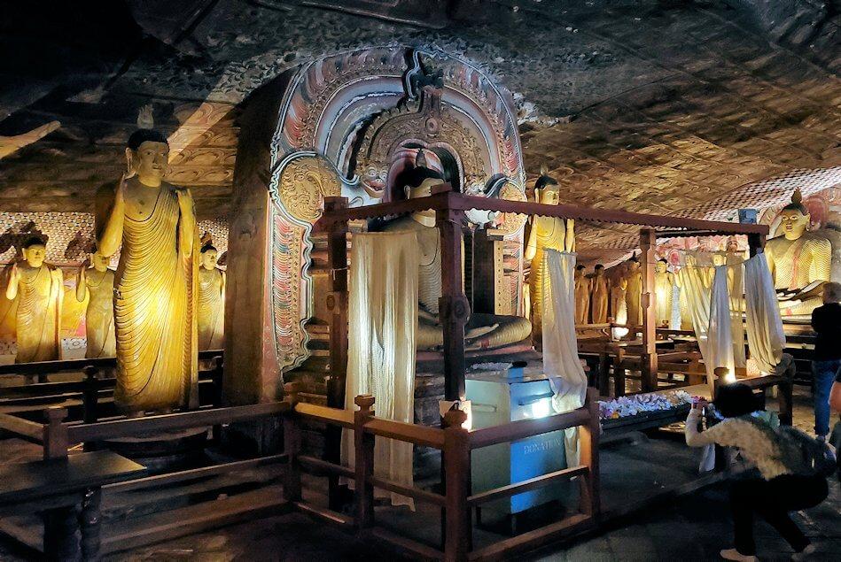 ダンブッラ寺院の洞窟寺院の内部