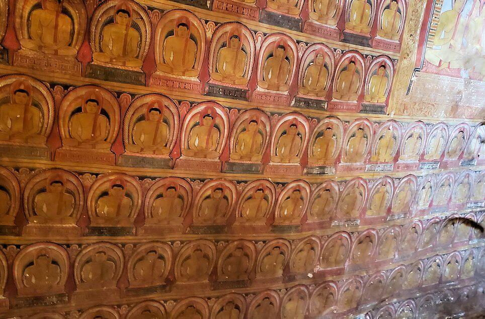 ダンブッラ寺院の第三洞窟寺院の内部の天井