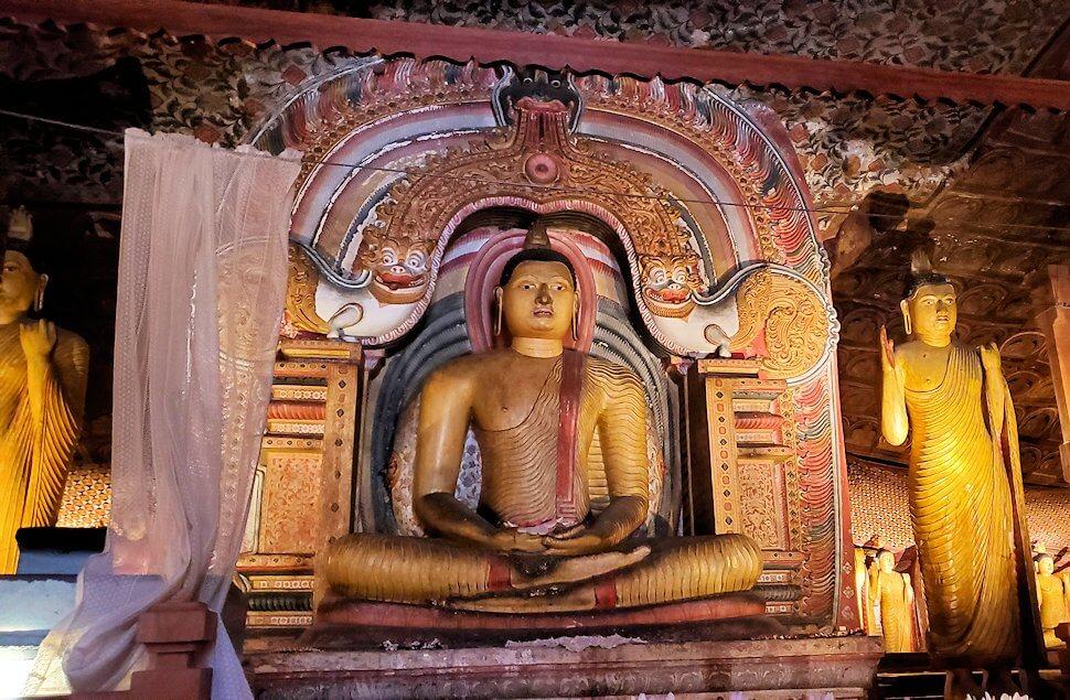 ダンブッラ寺院の第三洞窟寺院の内部