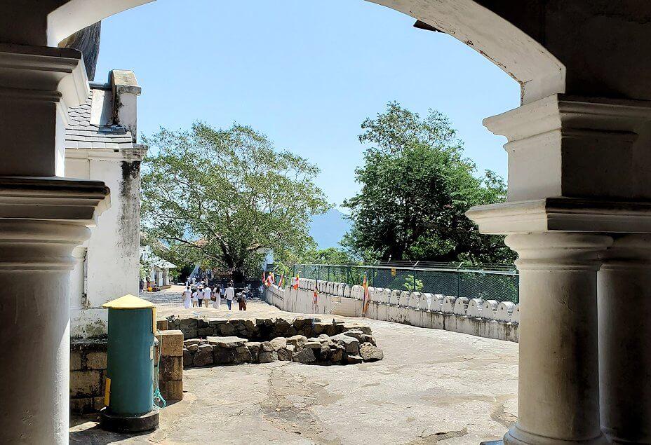 ダンブッラ寺院の第三洞窟寺院から次の洞窟へと移動-3