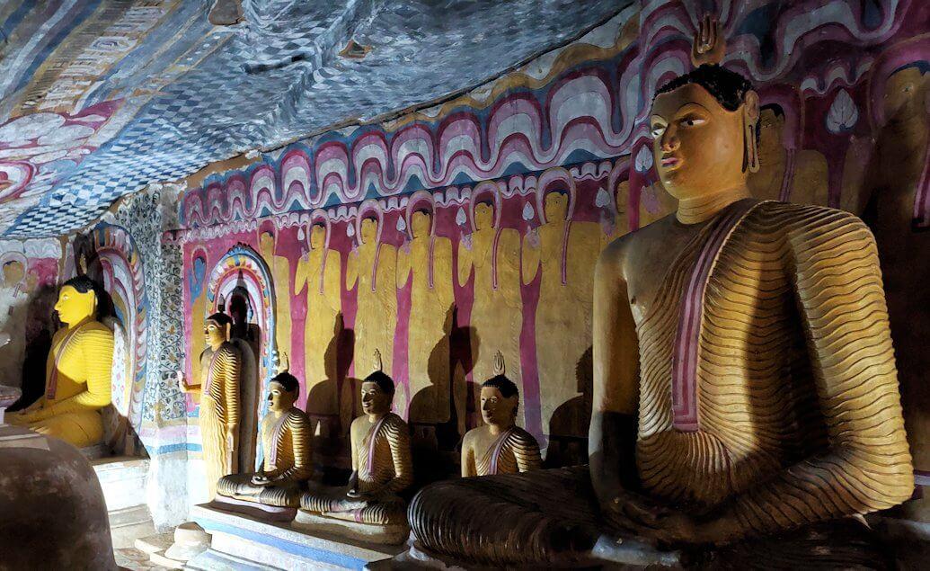 ダンブッラ寺院の第四洞窟寺院の様子-3