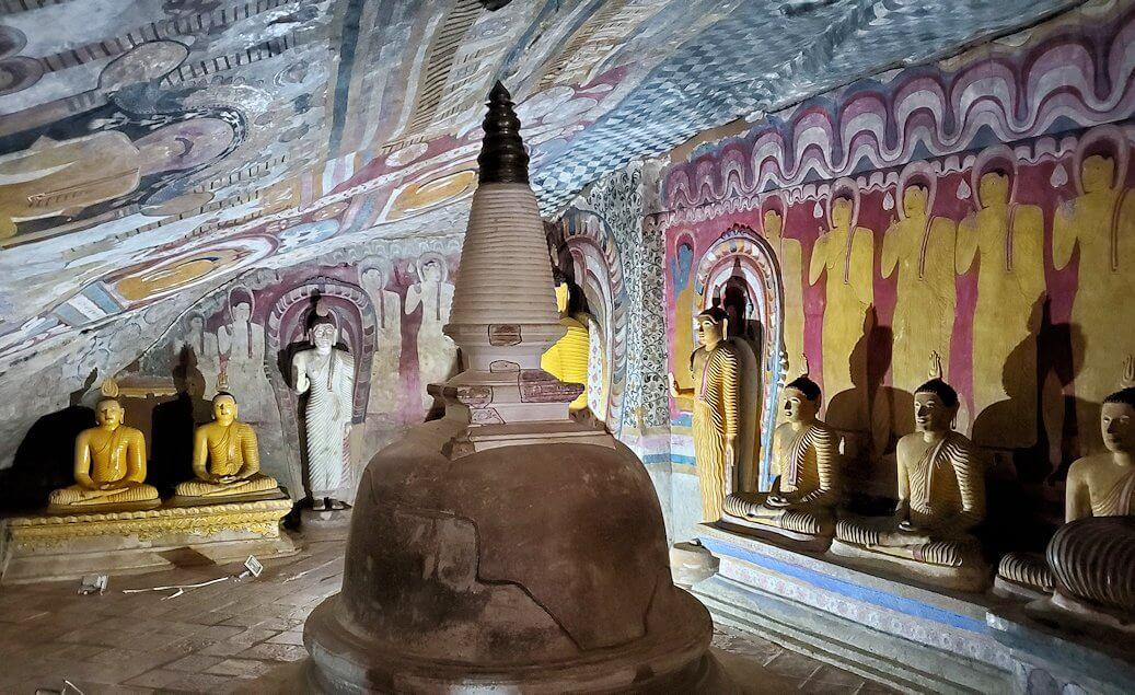 ダンブッラ寺院の第四洞窟寺院の様子-4