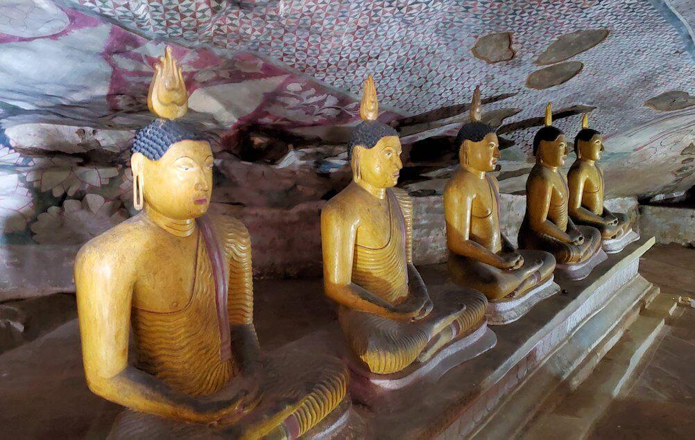 ダンブッラ寺院の洞窟内で並ぶ仏像
