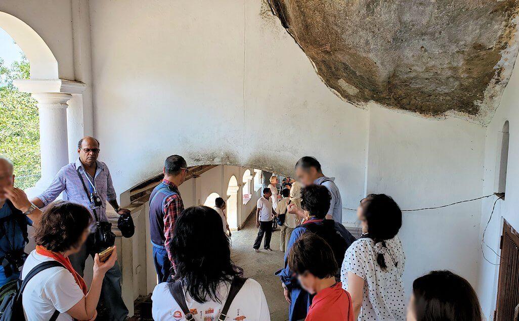 ダンブッラ寺院の第四洞窟寺院内の見学終了