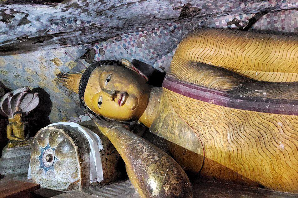 ダンブッラ寺院の第五洞窟寺院内にある涅槃像