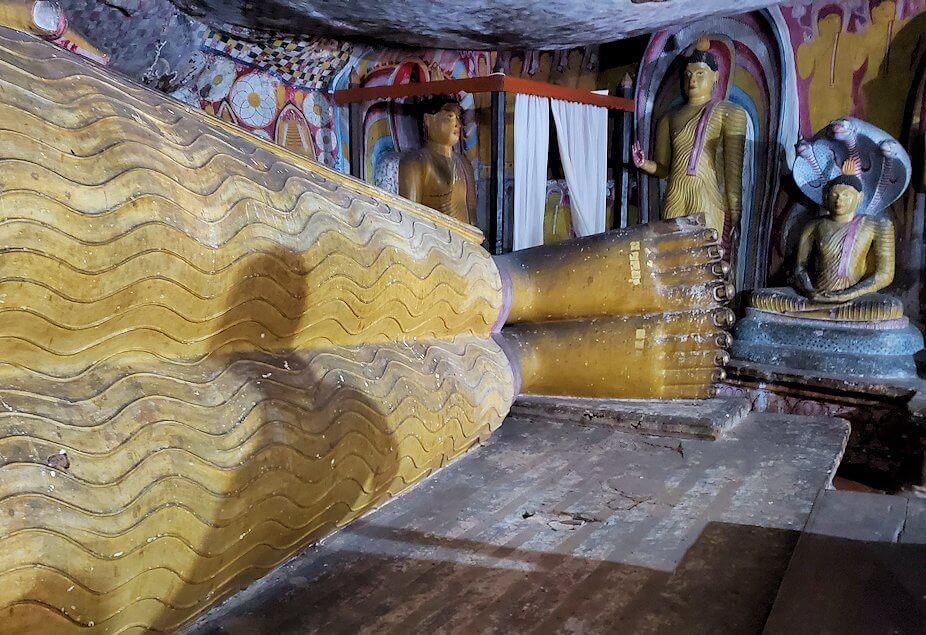 ダンブッラ寺院の第五洞窟寺院内にある涅槃像の足元