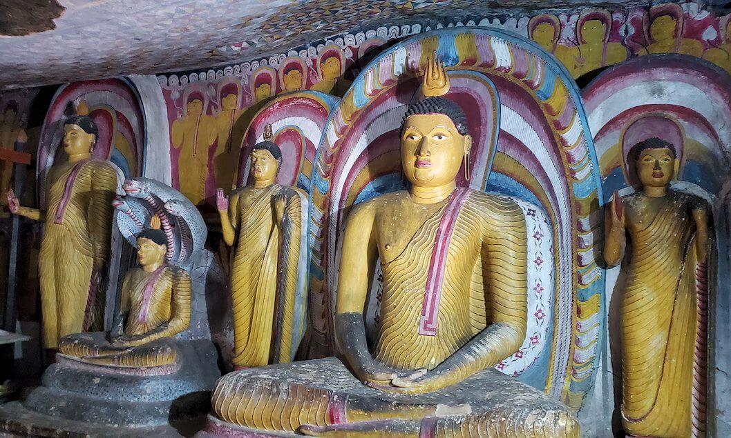 ダンブッラ寺院の第五洞窟寺院内にある仏像群