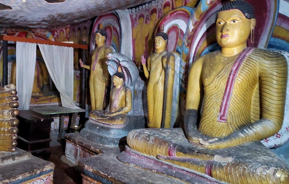 ダンブッラ寺院の第五洞窟寺院内にある仏像群-2