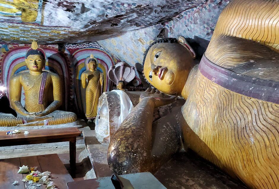 ダンブッラ寺院の第五洞窟寺院内にある仏像群-3